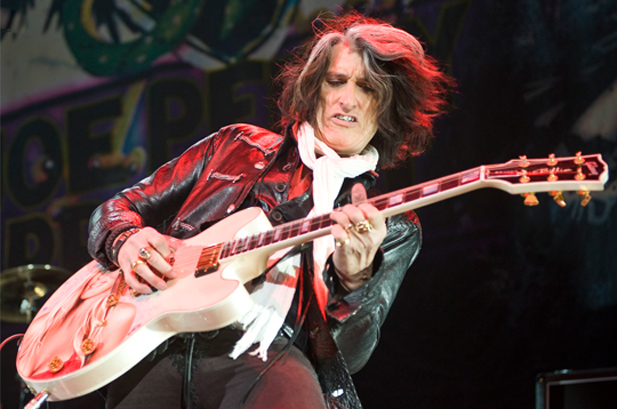 Joe-Perry-live-Billie-gtr