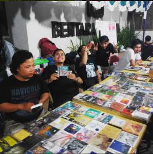 Anggota Jogja Records Store Club berpose saat kegiatan Records Store Day Yogyakarta 2015, Sabtu (17-09) di  Bentara Budaya Kompas, Yogyakarta