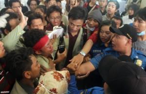 Meminta Rektor menemui ribuan mahasiswa di halaman rektorat