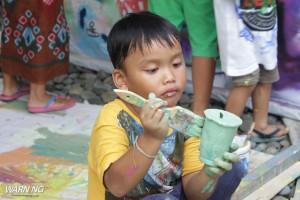 anak kecil serius melukis